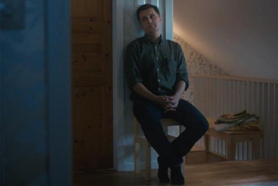 Otec čekající před dveřmi pokoje.