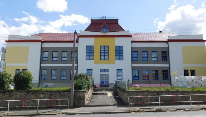 8564aca3ea2 Případ mediálního zájmu o rekonstrukci základní školy Kamenné Žehrovice na  Kladensku je malým školením toho